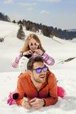 De vader koestert affectionately zijn dochter in de sneeuw stock foto's