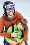De vader koestert affectionately zijn zoon in de sneeuw royalty-vrije stock foto's
