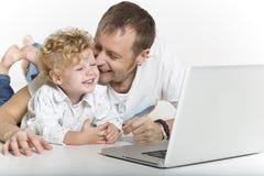 De vader kust affectionately zijn zoon royalty-vrije stock foto