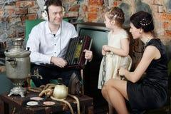 De vader luistert aan oude radio en moeder met weinig dochter royalty-vrije stock afbeeldingen