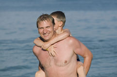De vader met de zoon op een strand Stock Afbeeldingen