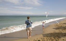 De vader met de zoon vliegt een vlieger Royalty-vrije Stock Foto's