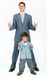 De vader met een jonge zoon, kleedde zich in een kostuum Royalty-vrije Stock Afbeeldingen