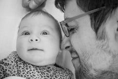 De vader met het close-up van het babymeisje in zwart-witte - het Zwart-wit concept van de familiesamenhorigheid - Vader en de do Royalty-vrije Stock Afbeeldingen
