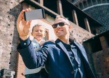 De vader met zoon neemt een selfiefoto in oud kasteel Stock Fotografie