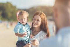 De vader, de Moeder en het Jonge geitje met ontspannen activiteit, het lopen en het spelen stock foto's