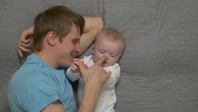 De vader onderhoudt baby stock video