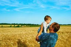 De vader spreekt aan zijn dochter Gelukkig glimlachend kind met de ouder Het portret van de familie Vader en zoon Stock Foto's