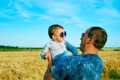 De vader spreekt aan zijn dochter Gelukkig glimlachend kind met de ouder Het portret van de familie Vader en zoon Stock Foto
