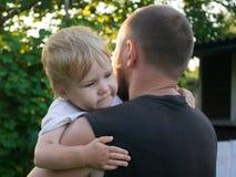 De vader troost de kleine zoon stock fotografie