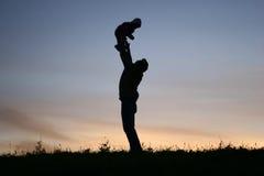 De vader van het silhouet met baby Royalty-vrije Stock Afbeelding