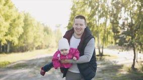 De vader vervoert dochter in zijn wapens stock video