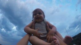 De vader werpt en draait omhoog zijn zoon op de berg in de avond stock videobeelden