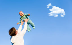 De vader werpt op zijn zoon Stock Afbeeldingen