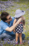 De vader zet hoed voor dochter Royalty-vrije Stock Afbeelding