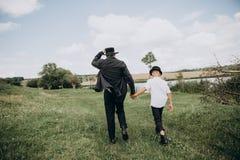 De vaderzoon gaat samen de zwarte van het weidemeer royalty-vrije stock foto