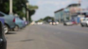 De vage beelden van auto's die op de weg lopen kunnen als achtergrond worden gebruikt stock videobeelden