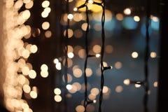 De vage lichten van Kerstmis Kerstmisslinger op het venster Royalty-vrije Stock Foto