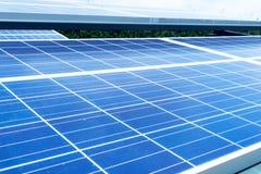De vage module van het zonne-energiepaneel met zonlichtbezinning stock afbeeldingen