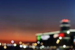De vage stadslichten en achtergrond van de avondhemel royalty-vrije stock afbeelding