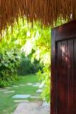 De vage tropische achtergrond van de de zomerbungalow stock afbeelding
