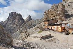 De Vajolet-Torens en de hut van Principe stock foto