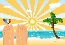 De vakantie die van de zomer op een tropisch strand zonnebaden Royalty-vrije Stock Fotografie