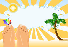 De vakantie die van de zomer op tropisch strand zonnebaden Stock Afbeeldingen