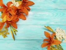 De vakantie schitterende flora van het lelie mooie oranje seizoen een blauwe houten wijnoogst als achtergrond stock foto's