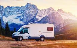 De vakantie van de caravanauto, familieontspanning in een mooi milieu met mooie berg bekijkt het Dolomiet stock foto's