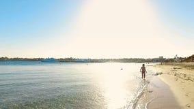 De vakantie van de de zomerfamilie, kinderen` s ontspanning, een kind en de elementen van water, het overzees stock video