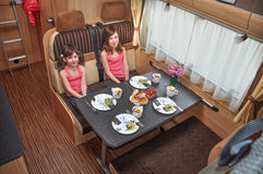 De vakantie van de familie, de vakantiereis van rv, het kamperen Royalty-vrije Stock Foto's