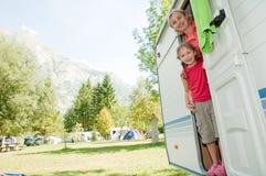 De vakantie van de familie in kampeerauto Stock Fotografie