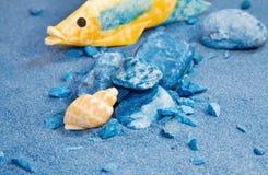 De vakantie van de zomer - blauwe zand en zeeschelpen Stock Afbeelding