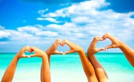 De vakantie van de zomer Gelukkige familie die hartvorm maken royalty-vrije stock fotografie