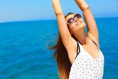 De vakantie van de zomer Gelukkige vrouw die van de zon genieten Royalty-vrije Stock Afbeeldingen