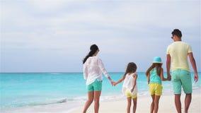 De vakantie van het familiestrand Langzame Motie stock video