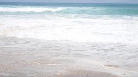 De Vakantie van het zandstrand Golven op de Kusten Tropisch strand stock videobeelden