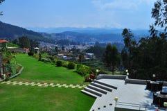 De Vakantie van de heuvelpost perfect bij de groene heuvels Royalty-vrije Stock Foto's