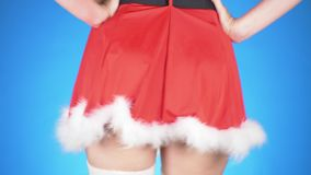De vakantie van Kerstmis jonge aantrekkelijke vrouw in een kostuum die van het Sneeuwmeisje op een blauwe achtergrond dansen Slow stock footage