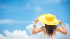 De vakantie van de zomer Het ruikende Aziatische vrouwen ontspannen stock fotografie