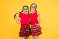 De vakantie van de zomer De tijd van de partij school prom partij rode maniermeisjes gelukkige meisjes in geruite rok grappige jo stock foto's