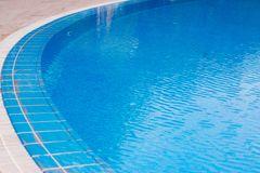 De vakantie van de zomer Zwembad in Binnenplaats met Waterval sluit omhoog Blauw Water royalty-vrije stock foto