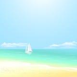 De vakantieachtergrond van de kustzomer Mooi zeegezicht van kalm oceaan en drijvend jacht Royalty-vrije Stock Afbeeldingen