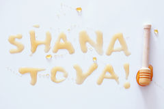 De vakantieconcept van het Rosh hashanah Joods Nieuwjaar SHANA TOVA Text in Hebreeër dat gemiddelde GELUKKIGE NIEUWJAAR royalty-vrije stock foto