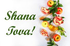 De vakantieconcept van het Rosh hashanah Joods Nieuwjaar Traditioneel symbool Appelen, honing, granaatappel Shana Tova Hoogste me stock foto