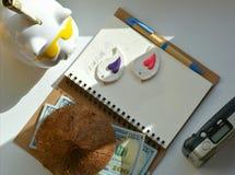 De vakantieconcept van het spaarvarken en van het geld Stock Foto