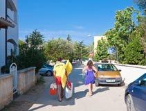 De vakantiegangers gaan naar het strand royalty-vrije stock foto