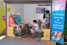 De vakantiegangers nemen te voet het pellen procedure met rufa van vissengarra zijn toevlucht Royalty-vrije Stock Afbeelding