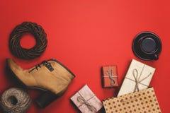 De vakantiegiften op een rode achtergrond, het concept zwarte Vrijdag, verkoop Royalty-vrije Stock Afbeelding